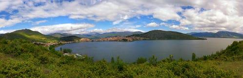 Городок озера кастории и кастории, в Греции Стоковое Изображение RF