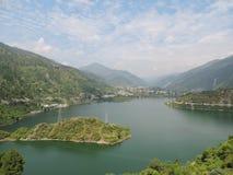 Городок окруженный с горами и озером Стоковая Фотография RF