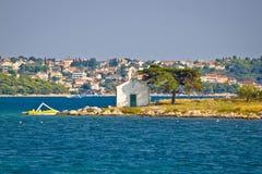 Городок острова церков аккуратный Pakostane стоковое фото rf