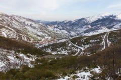 Городок с снегом и дорогой Стоковые Фотографии RF