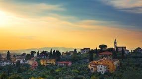 Городок Тосканы в холмах стоковое изображение