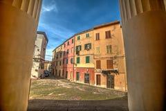 Городок Alghero старый увиденный через 2 больших столбца Стоковое Фото
