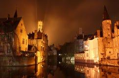 Городок Brugge старый на ноче Стоковая Фотография RF