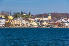 Городок Gmunden с замком Ort, Австрией, Европой Стоковые Изображения RF
