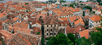 городок kotor старый Апельсин-крыть черепицей черепицей крыши города Sh Стоковые Фотографии RF