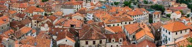 городок kotor старый Апельсин-крыть черепицей черепицей крыши города Sh Стоковое Фото