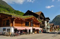 Городок Lauterbrunnen в красивой долине швейцарца Альпов Стоковое Изображение
