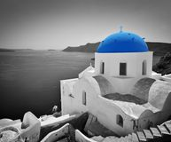 Городок Oia на острове Santorini, Греции Голубая церковь купола, черно-белая Стоковые Фотографии RF