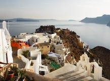Городок Oia на острове Santorini, заходе солнца Греции Стоковые Фото