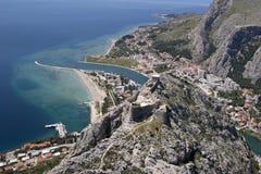Городок Omis, Хорватия стоковые изображения