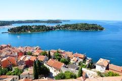 Городок Rovinj - фото лета панорамы seascape береговой линии горизонтальное от церков колокольни StEuphemia Стоковые Фото