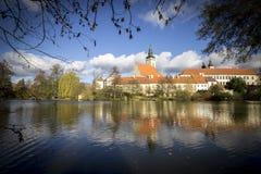 Городок Telc Замок отражая в озере стоковое изображение rf