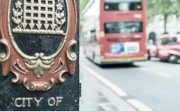 Город дорожного знака Вестминстера с красными шиной и такси на backgroun Стоковые Изображения