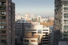Город осмотренный через середину 2 зданий, Стоковая Фотография RF