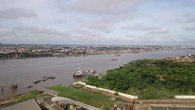 Город отделенный партией 2 реки Стоковое Фото