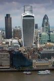 Город панорамы Лондона с современными небоскребами Корнишон, рация, башня 42, банк Lloyds Ария дела и банка Стоковые Фото