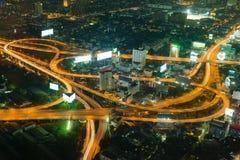 Город пересечения моста шоссе вида с воздуха ночи Стоковые Фотографии RF