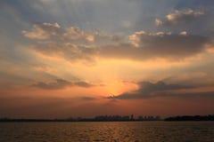 Город под заходящим солнцем Стоковое Изображение