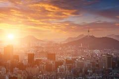 Город Сеула в красивом заходе солнца с башней Сеула, Южной Кореей Стоковая Фотография RF