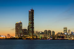 Город Сеула на ноче и Река Han в Сеуле, Южной Корее Стоковые Фотографии RF