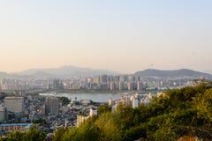 Город Сеула с рекой и горы во времени вечера Стоковое Изображение RF