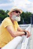 Городская бородатая склонность человека на поручне и смотреть вокруг Стоковые Изображения RF