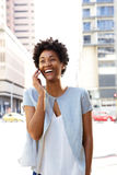 Городская женщина идя и говоря на мобильном телефоне Стоковое Фото
