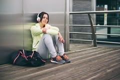 Городская женщина фитнеса отдыхая после разминки Стоковая Фотография