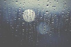 Городская жизнь ночи через windscreen: темнота и дождь Стоковое фото RF
