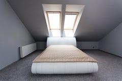 Городская квартира - спальня чердака стоковое изображение rf