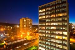 Городская местность, квартиры в взгляде ночи Стоковые Изображения