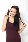 Городская молодая женщина говоря на умном телефоне в студии Стоковая Фотография