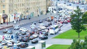 Городская дорога с автомобилями и пешеходами Россией Москвой