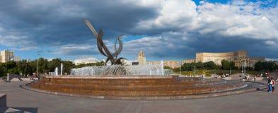 Городская площадь с фонтаном в Москве Стоковые Изображения