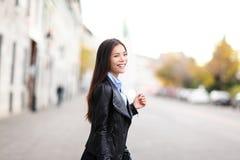 Городская современная женщина внешняя в улице Стоковая Фотография