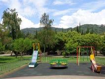Городская спортивная площадка, зеленые деревья на лужайке, голубом небе с белыми облаками Стоковое Фото