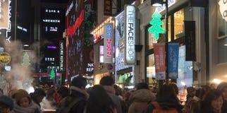 Городская сцена с людьми толпы на торговой улице на ноче в s Стоковые Фотографии RF