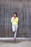 Городская sporty женщина смотря ее smartphone стоковое изображение