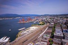 Городские Ванкувер и гавань в Британской Колумбии показывая поезд выравниваются Стоковые Фото
