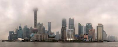 Городское загрязнение воздуха в китайских городах, смог над Шанхаем, Lujia стоковая фотография