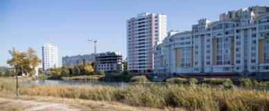 Городское прожитие в блоке квартир за озером Стоковые Изображения RF