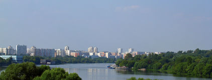 Городское lansscape с рекой стоковое изображение rf
