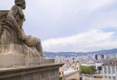 Городской ландшафт с усаженной статуей Стоковые Изображения RF