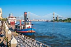 Городской берег реки саванны с голубым небом Стоковая Фотография
