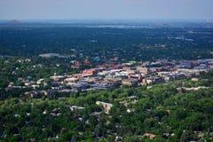 Городской Больдэр, Колорадо на солнечный день с резервуаром Больдэра Стоковое Изображение