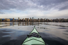 Городской Ванкувер от перспективы каяка стоковые фото