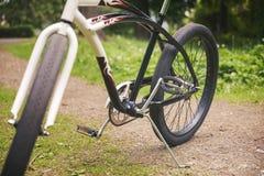 Городской велосипед стоя на парке Стоковая Фотография RF