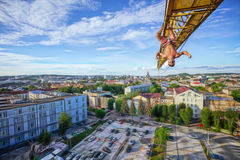 Городской взбираться: висеть альпиниста утеса вверх ногами на кливере const Стоковое Изображение
