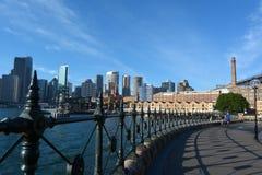 Городской взгляд ландшафта утесов и современного горизонта Сиднея Стоковое Изображение RF