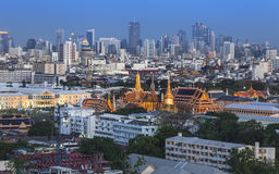 Городской горизонт города, с грандиозным дворцом, Wat Phra Kaew, Бангкок, Th Стоковые Фото